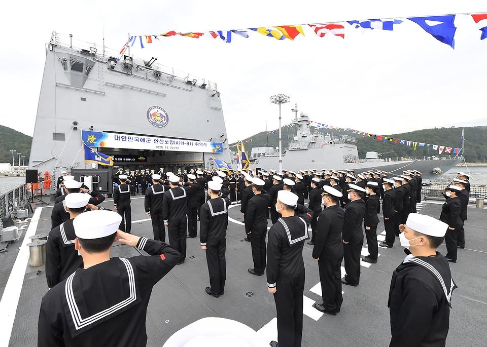 22일 진해 군항에서 열린 한산도함 취역식에서 한산도함 승조원들이 경례를 하고 있다.