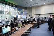 문재인 대통령이 22일 인천 송도 스마트시티 통합운영센터를 방문, '한국판 뉴딜 연계 스마트시티 추진전략 보고대회'에 앞서 통합운영센터를 둘러보고 있다.