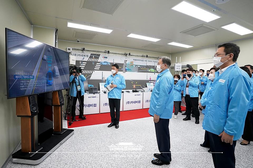 문재인 대통령이 22일 디지털SOC 기업 현장 방문으로 인천 연수구 소재 자율협력주행체계 개발 중소기업인 카네비컴을 찾아 레이더/라이다 센서에 대한 설명을 듣고 있다.