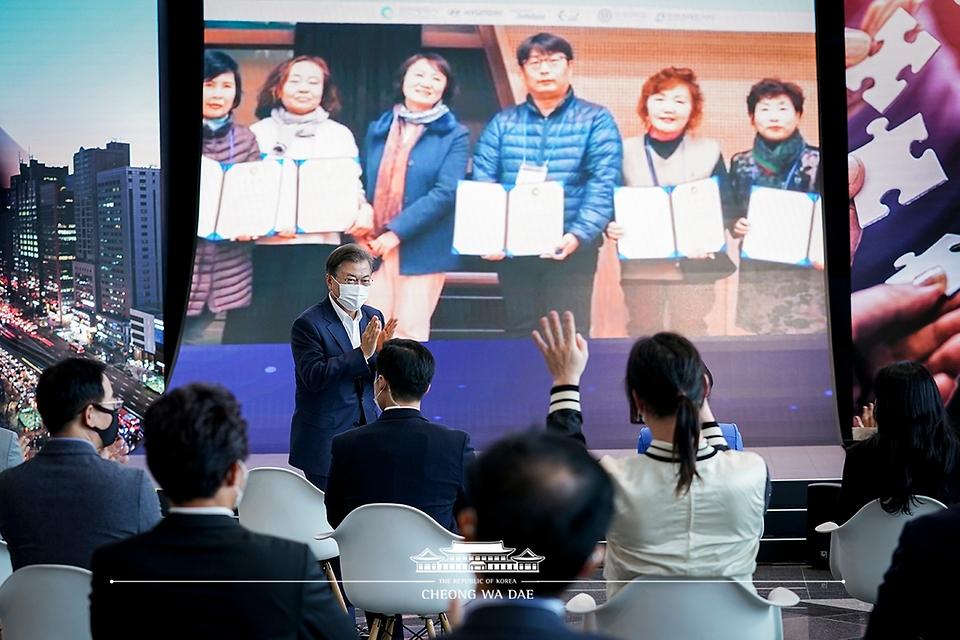 문재인 대통령이 22일 인천 송도 스마트시티 통합운영센터에서 열린 '한국판 뉴딜 연계 스마트시티 추진전략 보고대회'에서 참석자들과 인사하고 있다.