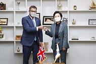 <p>김현미 국토교통부 장관은 10월 27일(화) 서울 국토발전전시관에서 알록 샤마(Mr. Alok Sharma) 영국 기업·에너지·산업전략부 장관(Secretary for the Department for Business, Energy & Industrial Strategy)을 만나 스마트시티 분야 등의 협력방안을 논의하였다. <br></p>