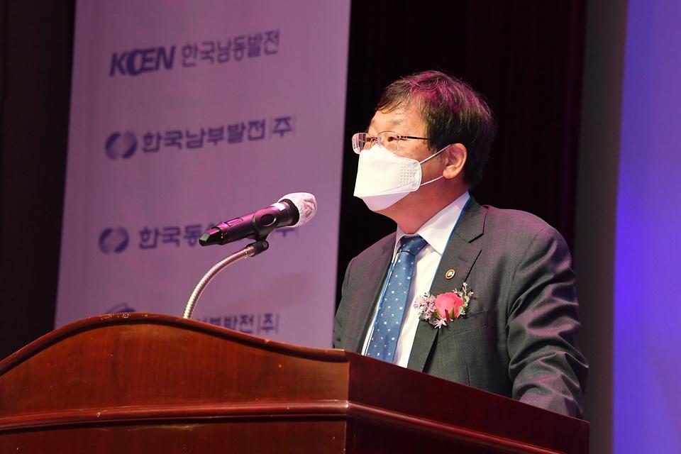 <p>안일환 기획재정부 차관이 10워 28일 대전 전력연구원에서 열린 '에너지 기술마켓 개통식'에 참석하여 축사를 하고 있다. <br></p>