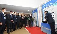 <p>안일환 기획재정부 차관이 10워 28일 대전 전력연구원에서 열린 '에너지 기술마켓 개통식'에 참석하여 우수 기술개발제품 전시부스를 참관하고 있다.<br></p>