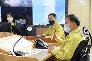 <p>박종호 산림청장과 간부공무원들이 30일 정부대전청사 중앙산림재난상황실에서 '중앙산불방지대책본부' 현판식을 가진 뒤 기념촬영을 하고 있다.<br></p>
