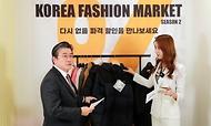 <p>정승일 산업통상자원부 차관은 2020. 10. 30(금) 서울 롯데백화점 잠실점에서 2020 코리아세일페스타의 일환으로 10.30~11.5일까지 대규모 할인을 제공하는 온·오프라인 판촉행사 '힘내요 대한민국! 코리아 패션마켓 시즌2 개막식'에 참석하여 축사를 하고, 롯데백화점 온라인몰 라이브 커머스 방송에 출연하여 제품 판매에 참여한 후 패션마켓 행사장을 둘러보았다.<br></p>