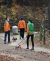 17일 서울 마포구 서울동물복지지원센터에서 직원들이 입양을 기다리는 유기견들을 돌보며 건강 체크도 하고 있다. 이날 매일 찾아와주는 자원봉사자들 덕분에 강아지들이 산책을 하며 즐거운 한때를 보내고 있다.