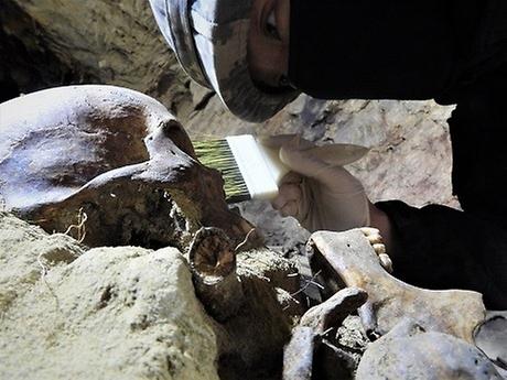 국방부가 지난 4월 20일부터 화살머리고지 일대 남측 지역에서 진행한 2020년 유해발굴사업의 성과를 19일 발표했다. 올해는 총 330점(잠정 143구)의 유해를 추가적으로 발굴했다. 국군 67구, 중국군 추정 64구, 미정 12구 등이다. 2020년 유해발굴사업은 오는 20일 종료된다. 사진은 유해발굴 하는 장병 모습.