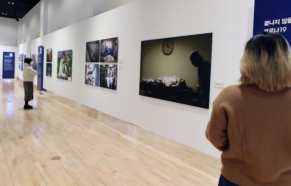 <p>대한민국역사박물관과 연합뉴스가 공동 주최하는 '국제보도사진전 코로나19 현장을 가다'가 대한민국역사박물관 전시장에서 열리고 있다. 전시는 내년 3월 1일까지 진행되며온라인 전시 사이트(<a href=