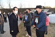 <p>정세균 국무총리가 24일 암 집단 발병이 확인된 전북 익산 장점마을을 방문, 주민들을 위로하고 있다.<br></p>