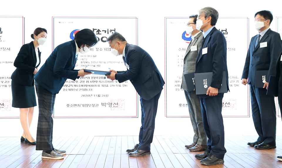 박영선 중소벤처기업부 장관이 26일 서울 강남구 역삼동 팁스타운S1에서 열린 소재·부품·장비 강소기업 100 출범식에서 선정서를 수여하고 있다.