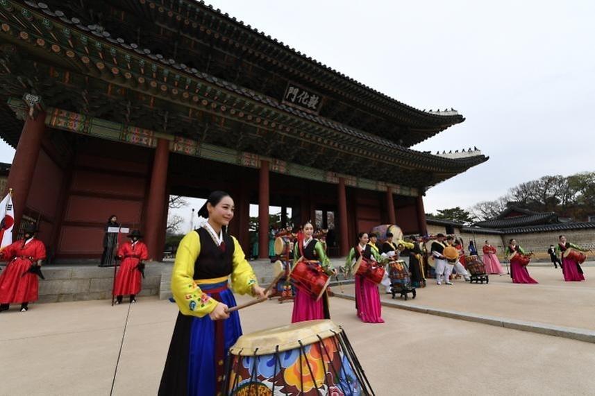 24일 오전 서울 종로구 창덕궁 돈화문광장에서 창덕궁 종합관람지원센터 개소식이 열린 가운데 수문장 교대의식이 진행되고 있다.