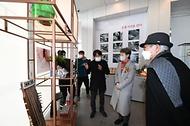 정재숙 문화재청장이 24일 오전 서울 종로구 창덕궁 종합관람지원센터를 둘러보고 있다.