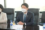 식품의약품안전처 김강립 처장은 25일 인천 연수구 셀트리온 제2공장을 방문, 코로나19 치료제 개발 현황을 점검하고 현장의 애로사항을 청취했다.