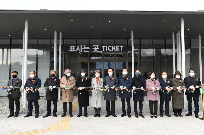 정재숙 문화재청장이 24일 오전 서울 종로구 창덕궁 종합관람지원센터 신축 기념식에서 참석자들과 함께 테이프를 커팅하고 있다.