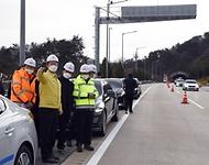 김희겸 재난안전관리본부장이 27일 오후 순천완주선 완주방향 사매2터널(712m)내를 방문해 사매 2터널 추돌사고 현장을 점검하고 있다.