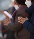 2021학년도 대학수학능력시험을 하루 앞둔 2일 오후 조계사 대웅전에서 열린 수능 법회에 참석한 신자들이 기도하고 있다. 이날 부모가 딸에게 쓴 소원지에서 부모의 간절한 마음이 전해졌다.