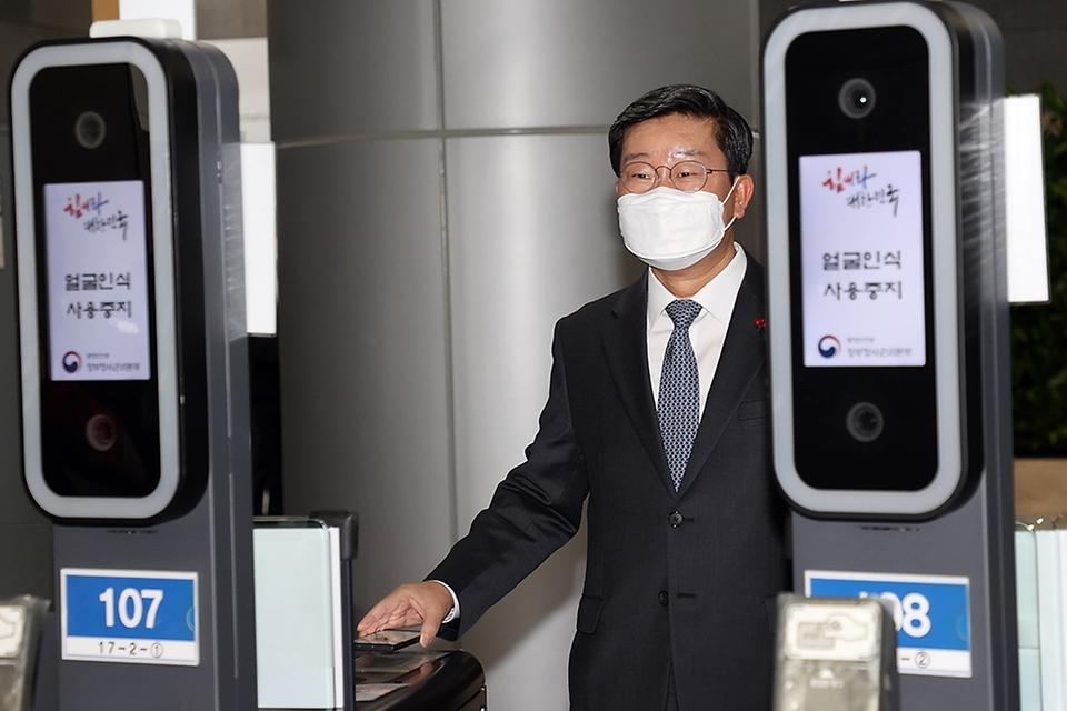 전해철 행정안전부 장관이 13일 오전 정부세종2청사에서 모바일 공무원증으로 게이트를 통과하고 있다.
