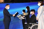 홍남기 경제부총리 겸 기획재정부 장관 18일 서울 광화문 포시즌스호텔에서 온라인으로 열린 '2021년 공공기관 채용정보박람회'에서 공공기관 채용수기공모전 수상자들에게 시상을 하고 있다.