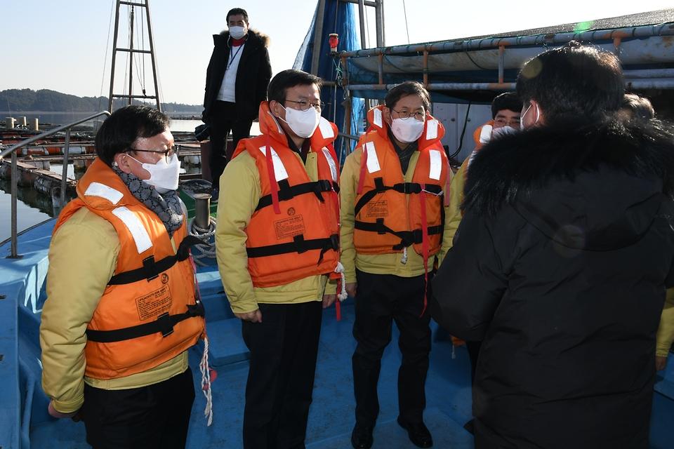 19일 문성혁 해양수산부장관이 충남 서산 천수만 인근 가두리 양식장을 방문해 현장점검을 하고있다.