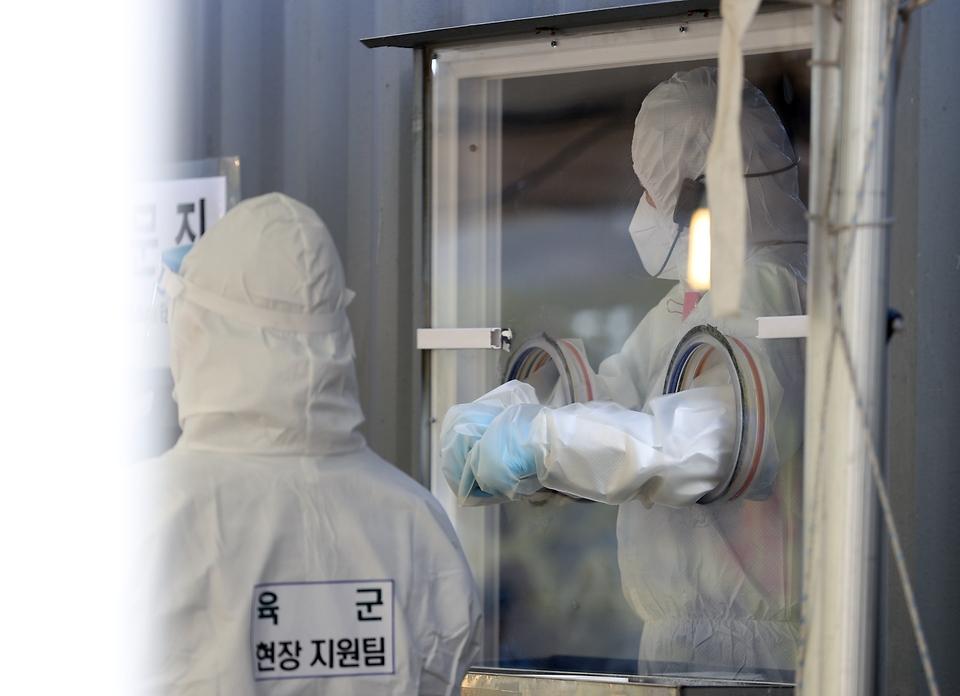 <p>20일 오후 서울 용산구 용산역광장에 마련된 코로나19 검사채취관련 임시 선별검사소가 한산한 가운데 오늘도 어김없이 의료진 및 보건소 관계자들 그리고 육군 현장지원팀이 혼연일체가 되어 맡은 업무를 하고있다</p>