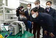 성윤모 산업통상자원부 장관이 21일 오후 인공호흡기 제조 중소기업인 경기도 파주시에 위치한 멕아이씨에스를 방문, 생산공정을 둘러보고 있다.