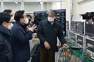 성윤모 산업통상자원부 장관이 21일 오후 인공호흡기 제조 중소기업인 경기도 파주시에 위치한 멕아이씨에스를 방문해 실험실 및 인공호흡기 생산공정을 둘러보고 있다.