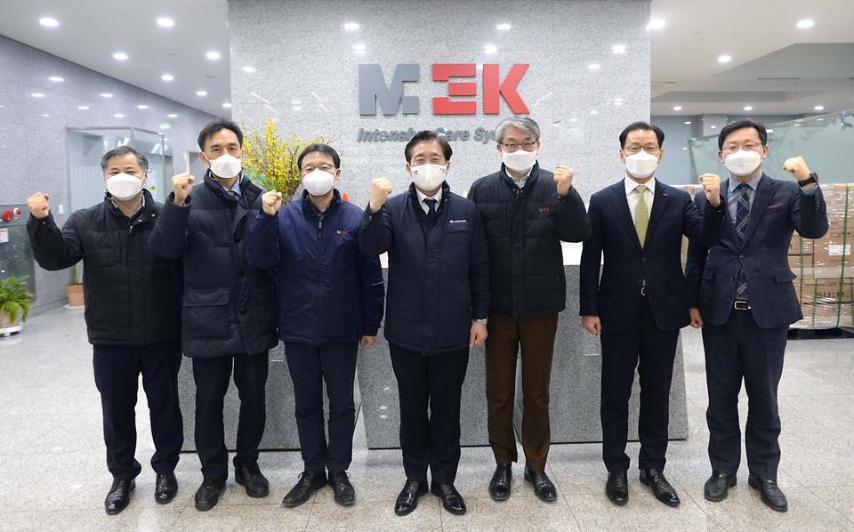성윤모 산업통상자원부 장관이 21일 오후 인공호흡기 제조 중소기업인 경기도 파주시에 위치한 멕아이씨에스를 방문, 관계자들과 기념촬영하고 있다.