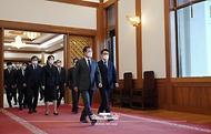 문재인 대통령이 21일 오전 청와대에서 열린 임명장 수여식을 마친후 김진욱 초대 고위공직자범죄수사처장과 함께 환담장으로 이동하고 있다.