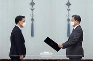 문재인 대통령이 21일 오전 청와대에서 김진욱 초대 고위공직자범죄수사처장에게 임명장을 수여하고 있다.