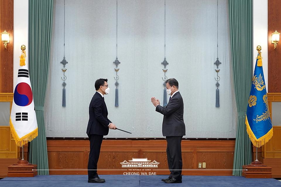 문재인 대통령이 21일 오전 청와대에서 김진욱 초대 고위공직자범죄수사처장에게 임명장을 수여하고 박수를 보내고 있다.