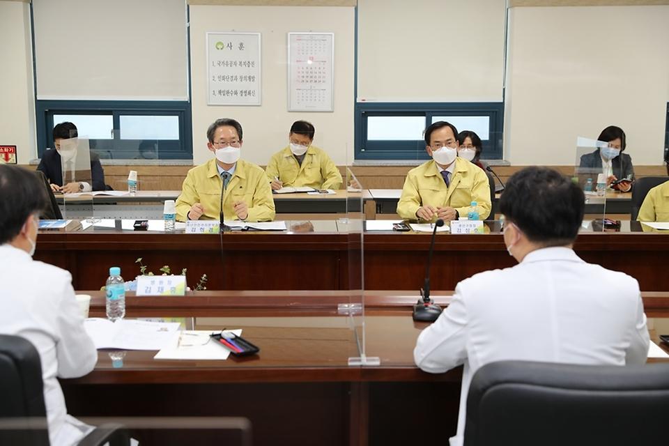 김희겸 행정안전부 재난안전관리본부장이 21일 오후 코로나19 감염 및 확산 방지를 위해 광주보훈병원 대응 현장을 방문해 관계자들에게 격려의 말을 전하고 있다.