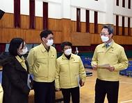 김희겸 행정안전부 재난안전관리본부장이 21일 오후 코로나19 감염 및 확산 방지를 위해 광주보훈병원을 방문해 예방접종 준비상황을 점검하고 있다.