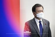 문재인 대통령이 21일 오후 청와대에서 열린 국가안전보장회의(NSC) 전체회의 및 외교안보부처 업무보고에 참석하고 있다.