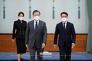 문재인 대통령이 21일 오전 청와대에서 김진욱 초대 고위공직자범죄수사처장에게 임명장을 수여하고 함께 환담장으로 이동하고 있다.