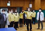 김희겸 재난안전관리본부장이 21일 오후 코로나19 감염 및 확산 방지를 위해 광주보훈병원 대응 현장을 방문해 예방접종 준비상황을 점검하고 있다.
