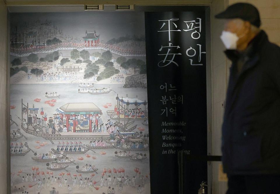 """코로나19 확산 방지를 위해 중단했던 국립문화시설의 운영이 시작되면서 26일 서울 용산구 국립중앙박물관을 찾은 시민들이 거리두기를 하며 특별전인 한겨울 지나 봄 오듯-세한(歲寒)·평안(平安) 전시장을 관람하고 있다. 이번 전시는 힘든 나날을 견디는 우리에게 희망을 주기 위해 준비했다. """"한겨울 추위와 같은 세한의 시기가 지나면 봄날 같은 평안의 시기가 찾아옵니다"""""""