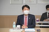 김강립 식품의약품안전처장이 26일 충북 진천군 소재 가정간편식 제조업체 CJ제일제당 블로썸 캠퍼스를 찾아 관계자들이랑 간담회를 하고 있다.