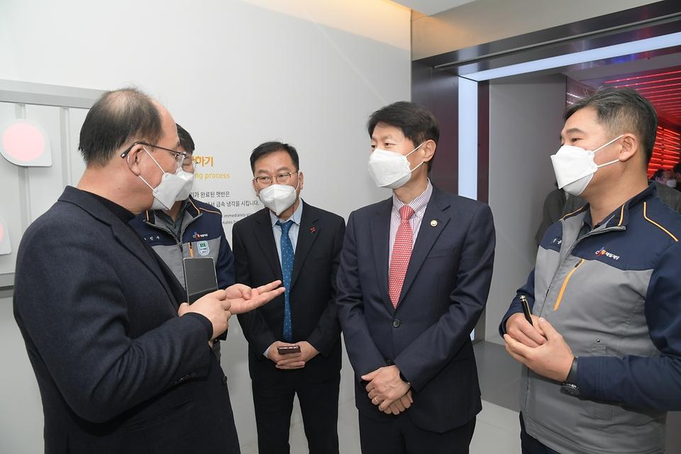 김강립 식품의약품안전처장이 26일 충북 진천군 소재 가정간편식 제조업체 CJ제일제당 블로썸 캠퍼스를 찾아 유통 시스템을 점검하고 있다.