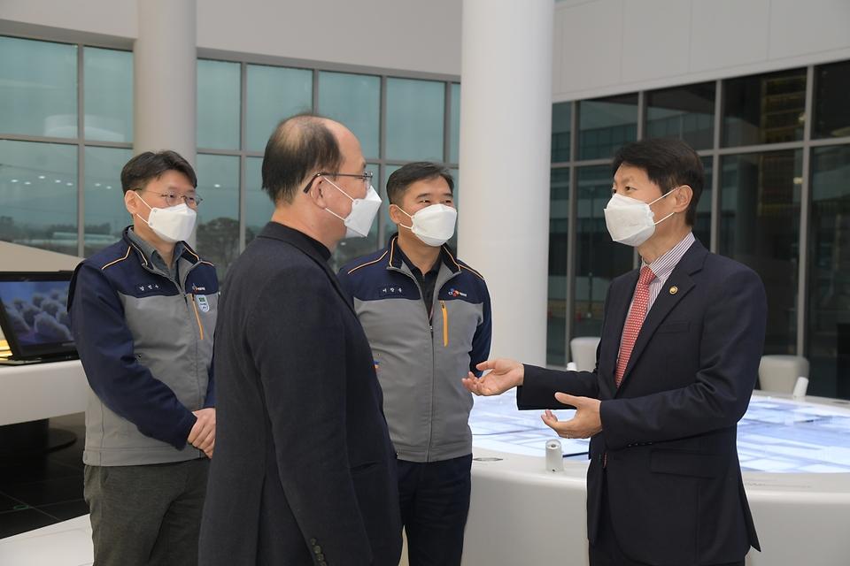 김강립 식품의약품안전처장이 26일 충북 진천군 소재 가정간편식 제조업체 CJ제일제당 블로썸 캠퍼스를 찾아 유통 시스템을 점검한 뒤 관계자들을 격려하고 있다.