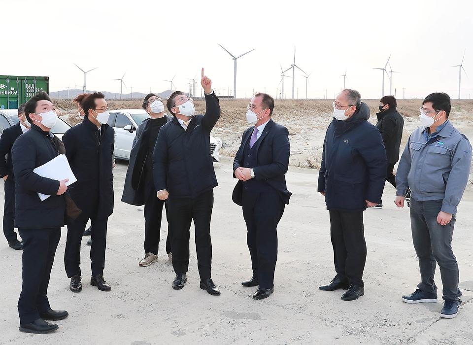 성윤모 산업통상자원부 장관이 27일 오후 전남 영광군 백수읍에 위치한 태양광 발전단지 및 풍력 테스트베드 현장을 찾아 재생에너지 확대 여건을 점검하고 있다.