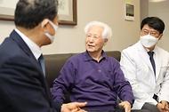 황기철 국가보훈처장이 22일 생존애국지사 한방주치의 현장 업무협약식을 위해 서울시 강남구 승병일 애국지사 자택을 방문하여 위문을 하고 있다.