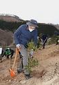 박종호 산림청장이 24일 경남 거제시 연초면에서 '2050 탄소중립 선언' 달성을 위한 2021년 첫 나무심기 행사에 참석해 참가자들과 붉가시나무를 심고 있다.