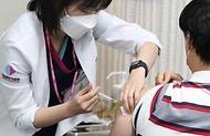 27일 서울 국립중앙의료원 중앙접종센터에서 의료기관 의료진들을 대상으로 화이자 백신 접종 업무를 시작하고 있다. 이날 인터뷰에서 오명돈 감염내과 전문의를 비롯한 첫 번째로 백신을 접종한 국립중앙의료원 의료진들이 코로나19 종식과 일상으로의 회복을 바라는 마음을 전하고 있다.