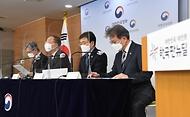 홍남기 경제부총리 겸 기획재정부 장관이 2일 오전 서울 종로구 정부서울청사 브리핑룸에서 관계부처 장관들과 함께 2021년 추가경정예산안을 발표하고 있다.