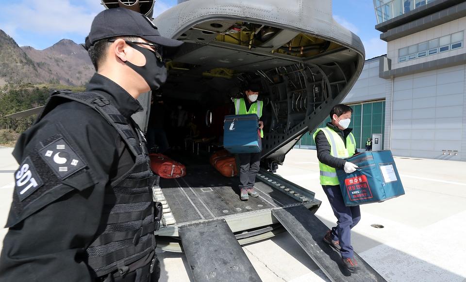 28일 울릉도 해군부대 헬기장에 코로나19 백신이 도착하고 있다.