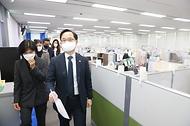 강성천 중소벤처기업부 차관이 2일 대전 서구 1357 중소기업통합콜센터에 방문해 방역지침 이행점검을 하고 있다.
