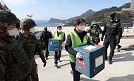 28일 울릉도 해군부대 헬기장에 도착한 코로나19 백신이 군 장병들의 경계 속 울릉군 보건소로 옮겨지고 있다.