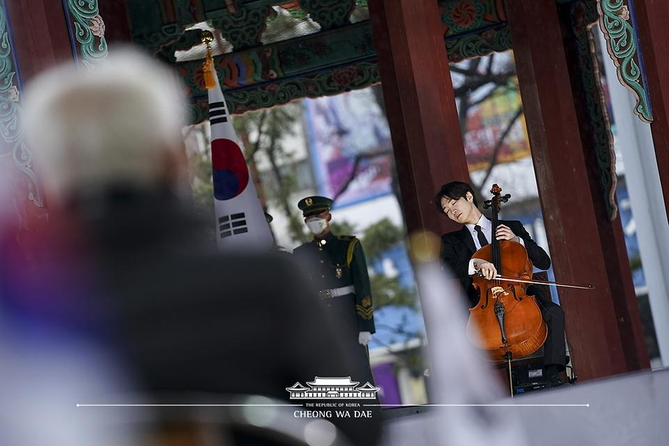 첼리스트 홍진호가 1일 오전 서울 종로구 탑골공원에서 열린 제102주년 3.1절 기념식에서 '대니 보이의 아리랑' 헌정공연을 하고 있다.
