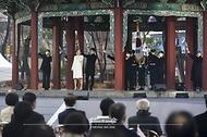 가수 정인과 매드클라운, 헤리티지 합창단이 1일 오전 서울 종로구 탑골공원에서 열린 제102주년 3.1절 기념식에서 '대한이 살았다' 기념공연을 하고 있다.