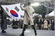 문재인 대통령과 김정숙 여사가 1일 오전 서울 종로구 탑골공원에서 열린 제102주년 3.1절 기념식에서 참석자들과 함께 국민의례를 하고 있다.